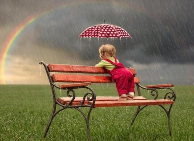 panchina_bimbo_pioggia_arcobaleno